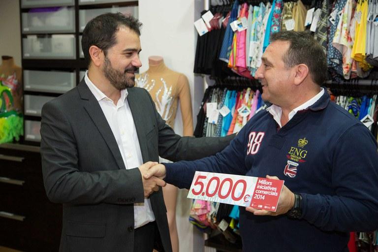 El concejal con el propietario de Elastic Rubí (foto: Localpres)