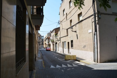 El pavimento del tramo de la c. Méndez Núñez entre la pl. Anselm Clavé y la c. Cervantes será de adoquín.