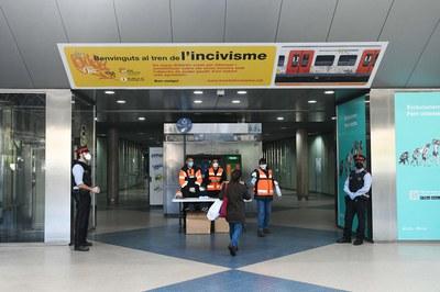 Voluntarios de Protección Civil, repartiendo mascarillas a las personas usuarias de Ferrocarriles de la Generalitat (foto: Ayuntamiento de Rubí - Localpres).