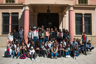 Los chicos y chicas de Clichy y la regidora Marta García a las puertas del consistorio (foto: Localpres).