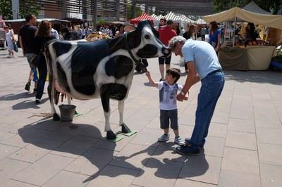 Los niños han podido ordeñar una vaca ficticia (foto: Localpres)