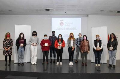 Las premiadas con la alcadessa, al regidora de Igualdad y los regidores de Educación y Cultura (foto: Ayuntamiento de Rubí - Localpres).