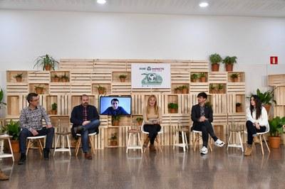 La alcaldesa y los concejales y, conectado de forma telemática, el eurodiputado Javier López Fernández (foto: Ayuntamiento de Rubí - Localpres).