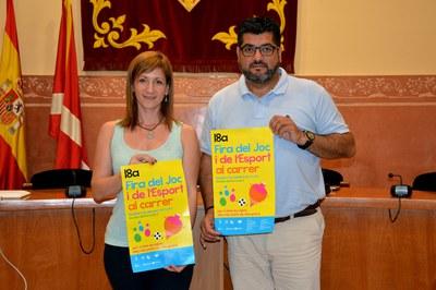 Los concejales Marta García y Juan López con el cartel de la feria.