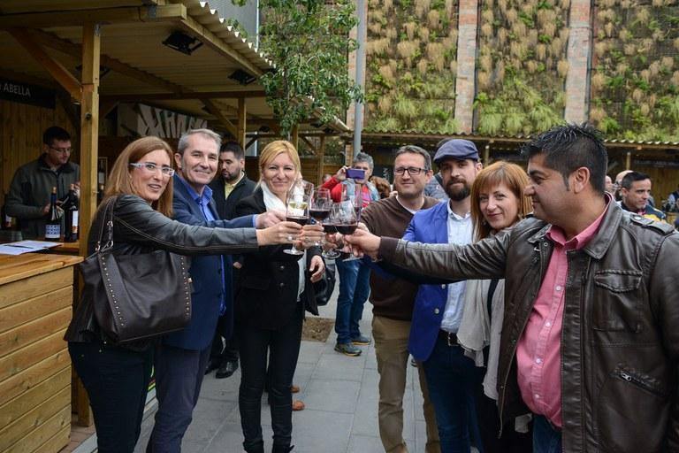 La alcaldesa y los concejales, brindando con el director de Vadevi.cat (foto: Localpres)