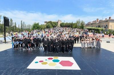 Los tres grupos de baile con la alcaldesa en el anfiteatro del Castell (foto: Ayuntamiento de Rubí - Localpres).