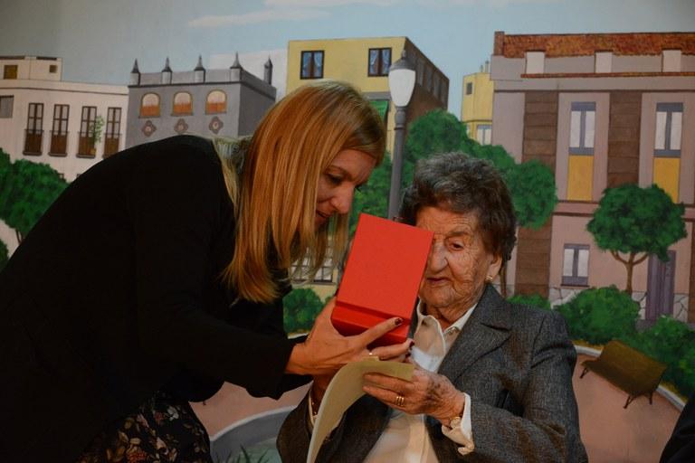 La alcaldesa, entregando un obsequio a Teresa Rusiñol (foto: Localpres)