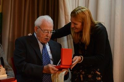 Francesc Roig, el otro homenajeado, recibiendo una placa conmemorativa de manos de Ana María Martínez (foto: Localpres)