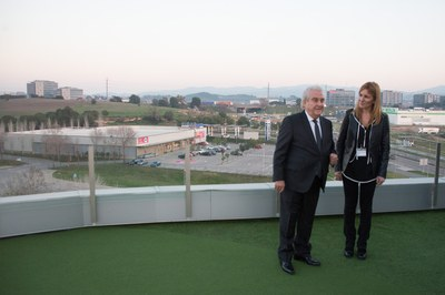 Amador Bernabeu ha mostrado a la alcaldesa los diversos modelos de césped artificial que fabrica la empresa (foto: Localpres).