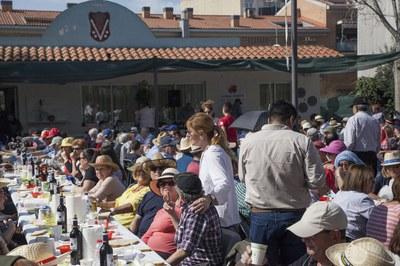 La alcaldesa y el concejal Juan López, conversando con algunos de los asistentes a la comida (foto: Localpres).