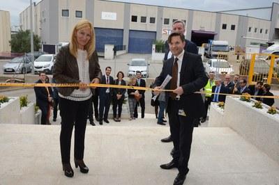 La alcaldesa, Ana María Martínez, y el gerente de Continental Rubí, Cyril Hogard, han cortado la cinta inaugural (foto: Localpres).