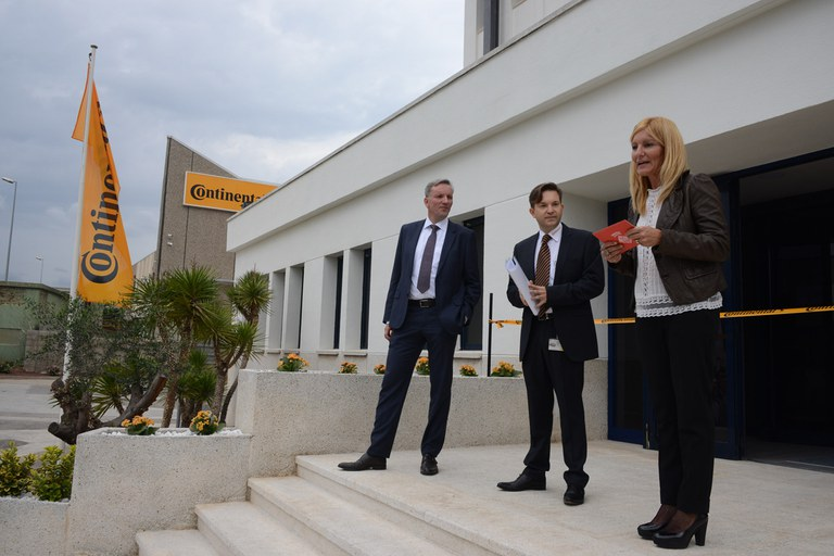 Ana María Martínez, presidiendo el acto de apertura de las nuevas instalaciones de la multinacional (foto: Localpres)