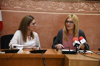 La alcaldesa y la concejala del Área de Servicios Territoriales, presentando la nueva medida (foto: Localpres).