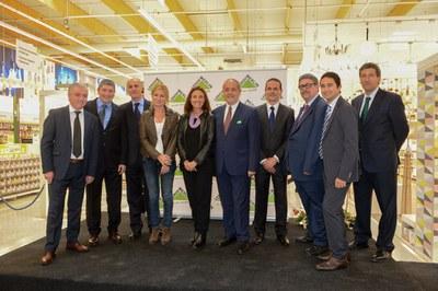 Las alcaldesas de Rubí y Sant Cugat, con el conseller de Empresa i Ocupació y los directivos de Leroy Merlin (foto: Localpres).