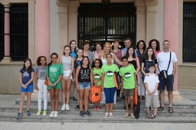 Niños y niñas, familias acogedoras, miembros de Rubí Solidari, la alcaldesa y la concejala se han hecho una foto de familia ante el Ayuntamiento (foto: Localpres).