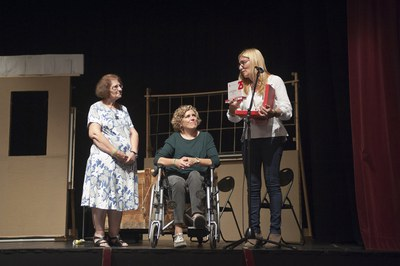 La alcaldesa ha entregado una placa conmemorativa a las representantes de AVAN (foto: Cesar Font).