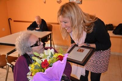 La alcaldesa ha obsequiado a Neus Català con un ramo de flores y una placa conmemorativa con motivo de su centenario.