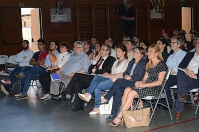 La alcaldesa y la concejala del Área de Servicios a las Personas, durante el acto institucional del 50 aniversario del Colegio Maristas (foto: Localpres).