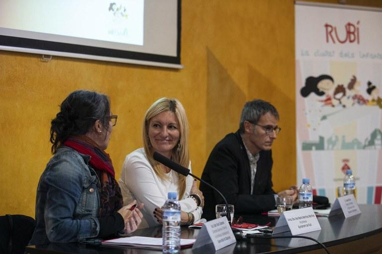 Ana María Martínez, con Ester Sara Cabanes y Josep Muñoz (foto: Lali Puig)