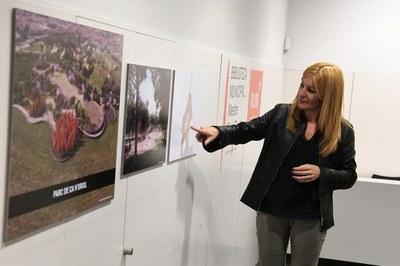 La alcaldesa, mostrando los detalles del proyecto de reforma del parque de Ca n'Oriol (foto: Localpres).