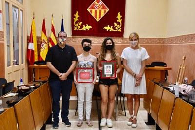 La alcaldesa y el concejal de Educación con las autoras de las postals navideñas (foto: Ayuntamiento de Rubí - Localpres).