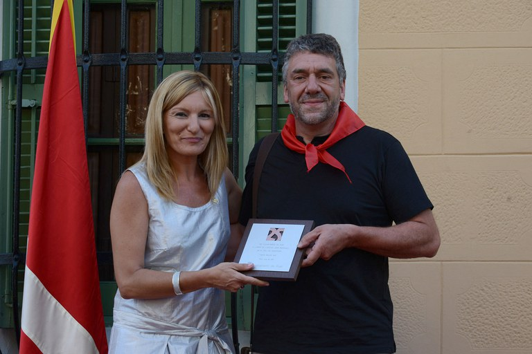 Pedro Fernández, presidente de la AMPA de la Escuela Joan Maragall, en el momento de recoger la placa (foto: Localpres)