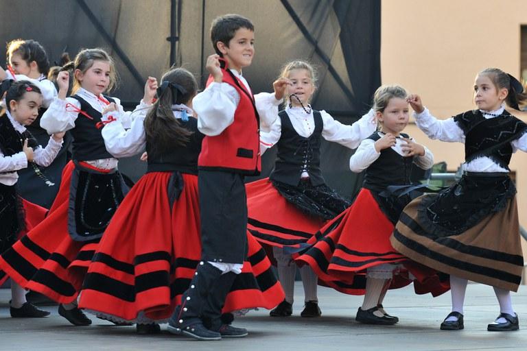 Actuación de los niños de la Unión Extremeña de Rubí (foto: Localpres)