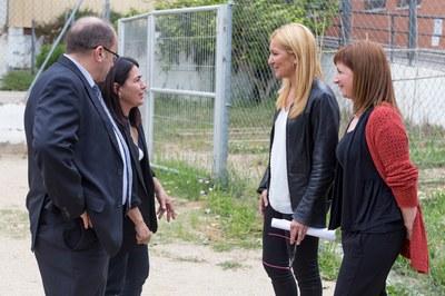 La alcaldesa y la concejala del Área de Servicios a las Personas, con la directora del CEE Can Oriol y un representante del AMPA (foto: Localpres).