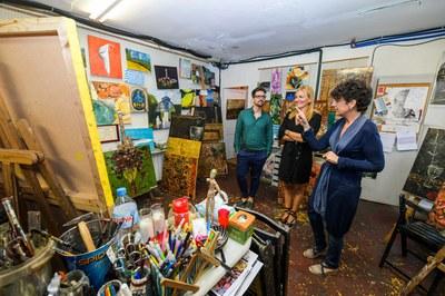 La alcaldesa y el concejal de Promoción y Dinamización Cultural han visitado el taller de la pintora (foto: Ayuntamiento de Rubí - Localpres).