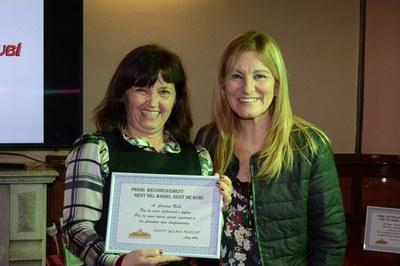 La alcaldesa entregó el premio a Cáritas (foto: Localpres)