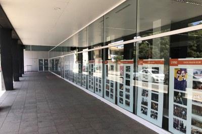 En el vestíbulo de la Biblioteca hay varios paneles que repasan la historia de la festividad de Sant Pere (foto: Ayuntamiento de Rubí).