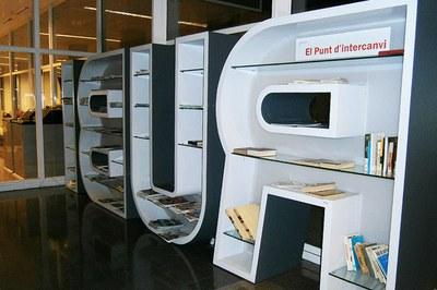 Las revistas se expondrán en el vestíbulo de la biblioteca.