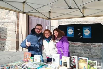 La Biblioteca Municipal participó con un puesto de venta de libros en la jornada del Giving Tuesday.