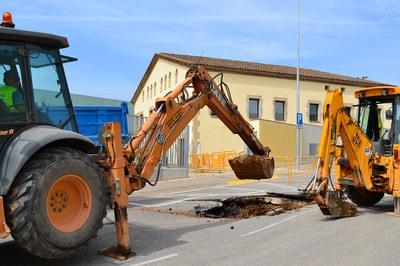 La avería ha provocado una fuga de agua, que ha causado varios desperfectos en el pavimento de toda la calle.