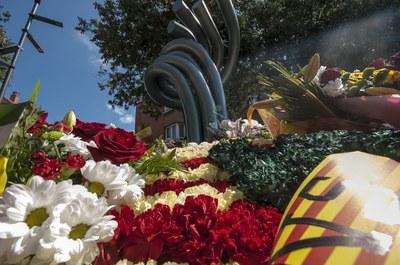 La ofrena a la escultura Dempeus se mantiene (Foto: Ajuntament/Localpres).