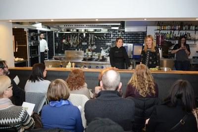 Ada Parellada y Ana María Martínez, dirigiéndose a la cuarentena de personas que han asistido al 'show cooking' (foto: Localpres).