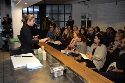 Ada Parellada ha explicado al público asistente los cuatro platos que ha cocinado durante el 'show cooking' (foto: Localpres)