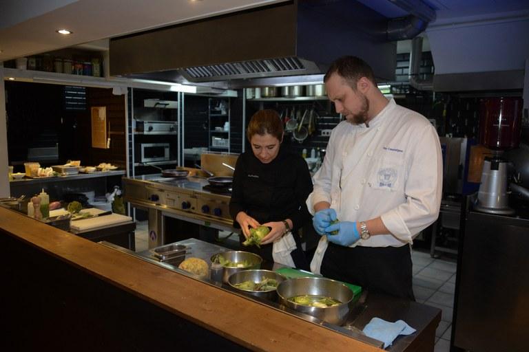Parellada y su ayudante, durante el 'show cooking' celebrado en el restaurante Cal Canalla, uno de los establecimientos participantes en el Tasta Rubí (foto: Localpres)