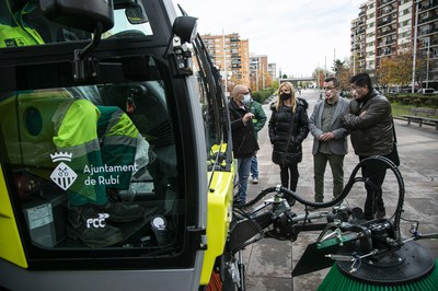 La alcaldesa y los concejales, con la nueva maquinaria (foto: Ayuntamiento de Rubí - Lali Puig).