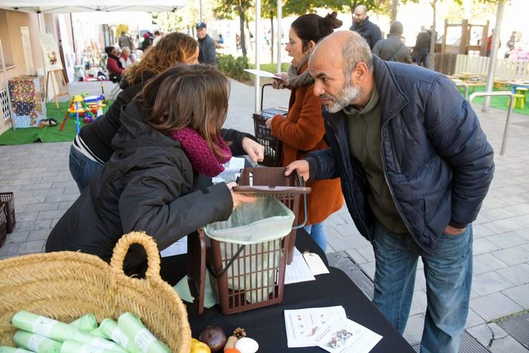 Durante la jornada, se han repartido contenedores de orgánica (foto: Ayuntamiento de Rubí - Localpres)