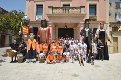 Las dos agrupaciones hermanadas con la alcaldesa de Rubí y el regidor de promoción y dinamización cultural, en el centro (foto: Ayuntamiento de Rubí - Localpres).