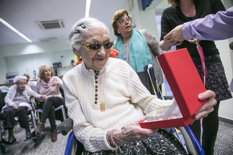 Alberta Bonfill es originaria de Ripoll pero hace años que vive en Rubí. Le gusta mucho conversar y una de sus grandes pasiones es el chocolate (foto: Ayuntamiento – Lali Puig)