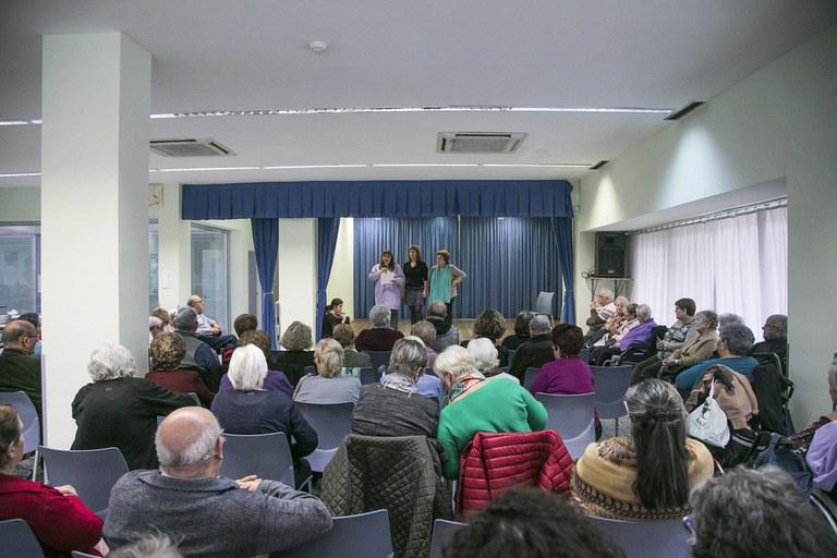 El homenaje ha contado con la asistencia de otros residentes y usuarios del casal (foto: Ayuntamiento – Lali Puig)