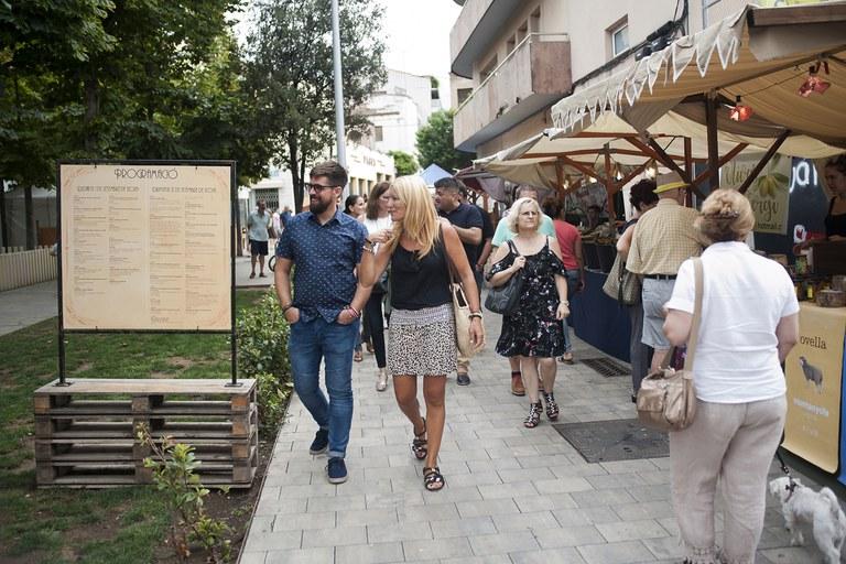 El concejal de Cultura y la alcaldesa, visitando las ferias de la plaza Doctor Guardiet (foto: Cesar Font)