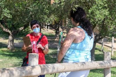 Una agente en el parque de Can Oriol (foto: Ayuntamiento de Rubí - Localpres).