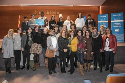 La concejala, con el profesorado y el alumnado de la Escuela Teresa Altet (foto: Ayuntamiento de Rubí - Lali Puig).