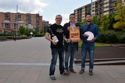 El concejal de Comercio, Rafael Güeto, con Just León, de la cervecera local Barra, y Àusias Ballart, de Esdeveniments 7 vetes.