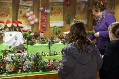 En las paradas de la Feria de Navidad se pueden encontrar productos típicos de esta época del año además de alimentación y regalos.