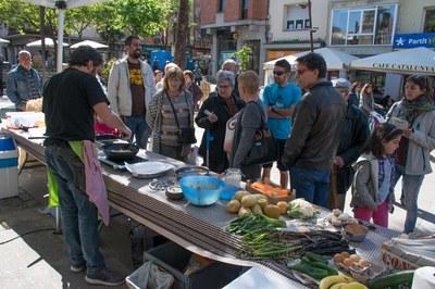 La plaza Catalunya ha acogido el taller de cocina de aprovechamiento alimentario 'De l'hort a taula' (foto: Localpres).