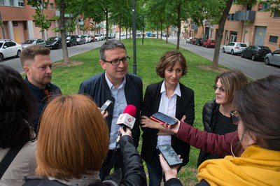 El regidor Rafael Güeto con Eva Ocaña, Gemma Boltà y Jesús Fernández de la Asociación de Comerciantes de Sant Jordi Parc (foto: Localpres).